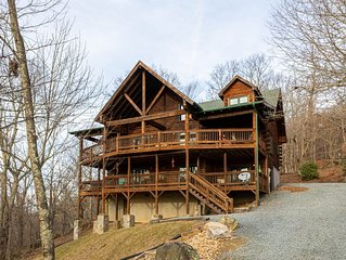 7 Bears Lodge- Stunning cabin in Seven Devils with epic game room, hot tub, fire