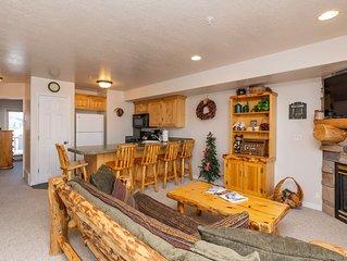 Beautiful Moose Hollow 2 Bedroom, Sleeps 8 just minutes to year round activities