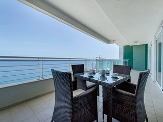 Seafront Luxury Apartment, Pool and Great Location