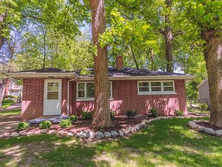 The Joyce - Updated Wooded Estates 3 bedroom house, easy walk to stadium and Bac