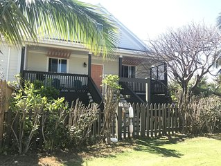 Cute & Quaint Take Ya Time Cottage - walking distance to Twin Beach
