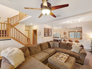 Minutes from the slopes! Warm & cozy home with a large deck!