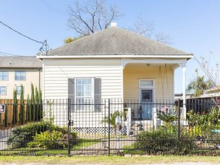 Unique cottage in heart of dwntwn! Secure Parking. 10 mins to Medical Center
