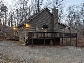 Rocky Road Hideaway - Cozy Cabin in the woods. Close to Helen And Dahlonega