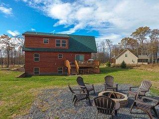 Golf Area Home w/Hot Tub, Corn Hole, Pool Table, & Gas Fireplace!