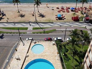 Edificio pe na areia, com piscina. Apto. com inacreditavel vista para o mar.