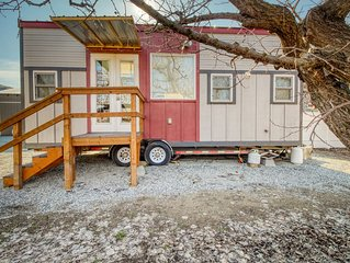 Modern dog-friendly tiny house in quiet orchard - walk to a river beach!