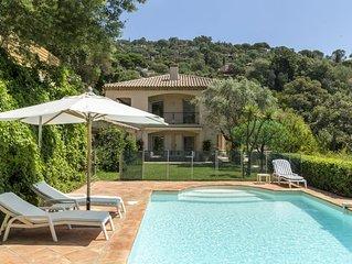 Idéalement située, villa luxueuse avec vue imprenable sur les îles d'Or