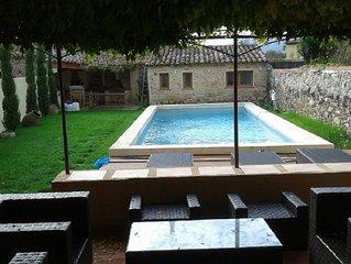 Maison de famille de 240 m² avec piscine 10 x 4 au coeur d'un village provençal