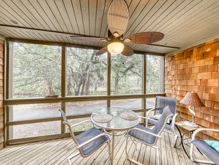 Well-equipped condo w/screened porch & lake view - near beach, dogs OK!