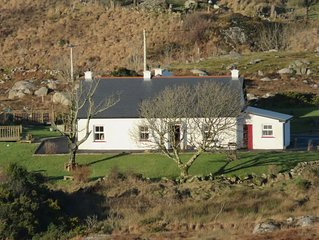 Carraig Ban Cottage - Entire Home  - Pet Friendly - Turf Burning Stoves