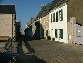 Maison, 3 chambres,  50 m du port, 200 m de la plage, cours et jardins clos.