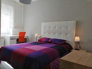 Habitaciones con baño privado y smartTV junto a HUCA y a 10min del centro