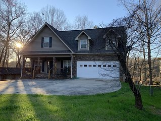 Lake Front Home. 3 Large Living Spaces. Screened Porches. Pet Friendly.