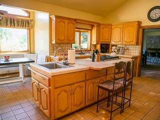 Spacious lodge, pool, Hot Tub,  outdoor barbecue.  4.5 miles to Downtown Ojai