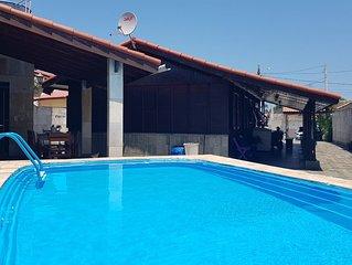 Casa c/ Piscina, churrasqueira, Wi-Fi, 500mts mar, 3 Dorm, 4 vgs,