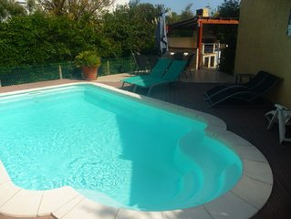 Villa spacieuse bien équipée avec jardin, piscine et bassin aquatique��
