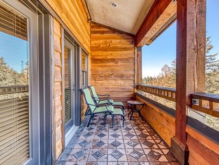 Luxury penthouse condo w/shared pool, hot tub & great mountain views!