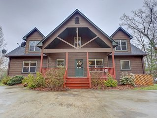 Stunning mountain cabin w/ free WiFi/ private hot tub/ gameroom/ gas fireplace!