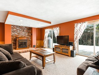 Cozy dog-friendly mountain condo with fireplace and free WiFi - close to skiing