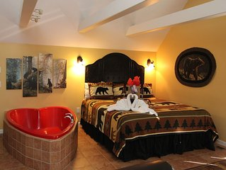 Over $700 in FREE TICKETS, Hot Tub & Heart Jacuzzi, King Bed, Internet, 5 mins t