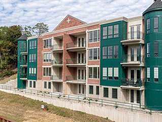 Downtown Condo Suite w/ Channel views and all the amenities!