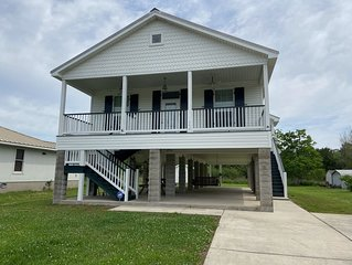 Pretty 3 bedroom cottage in walking distance  to the beautiful Waveland beach.