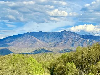 Gorgeous Smoky Mountain Views! Close to Town! Wifi, Fireplace, Kitchen