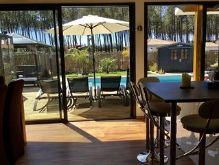 Maison moderne avec piscine chauffée à côté des plages