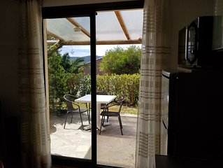 Beau duplex vue mer à 450 m. plage de Santa Giulia, terrasse avec BBQ