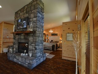 Luxury Honeymoon cabin, jetted tub, tile shower, hot tub, fire pit