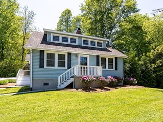 Charming Cottage Located Within Walking Distance of Downtown Brevard, NC