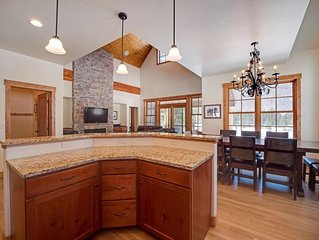 4 Bedroom Luxury Home! Private Hot Tub!