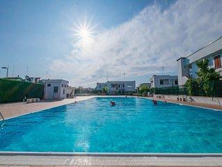 Accogliente villetta in residence con piscina, giardino privato terrazzo con bbq