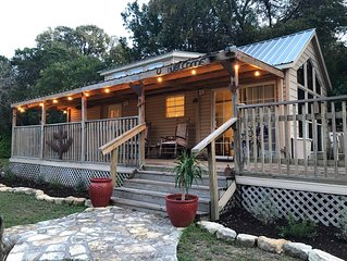 COWBOY CABIN: Lake Travis views and steps to the water for swimming or fishing