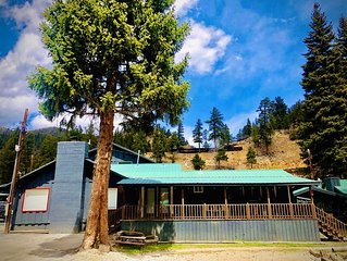 Cute & Modern Cabin in the heart of Red River Sleeps 12