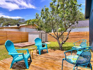 5 minutes to Rockport Beach. Pet Friendly! Totally fenced back yard.