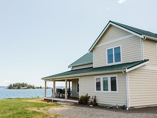 Rainbow's End - Spacious Beach House, pet friendly with mooring
