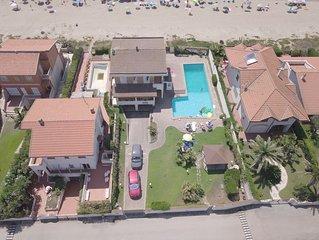 Grande villa sulla spiaggia, con piscina e giardino privato