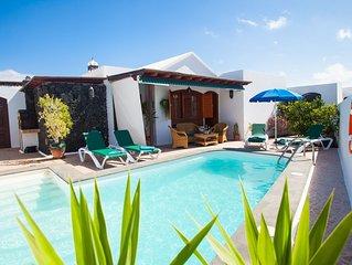 Villa con Jardín, Terraza, BBQ, Piscina Climatizada & Aire Acondicionado