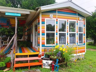 Hippies & Cowboys: One bedroom tinyhome 2.6 miles from the Frio River