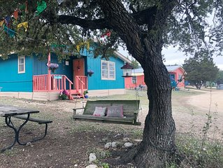 Thelma Cottage: Charming & Cozy 2 bedroom 2.6 miles from The Frio River