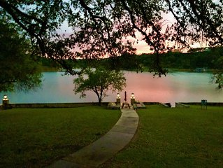 BIRDHOUSE COTTAGE: Lake Travis views & steps to the water for swimming & fishing