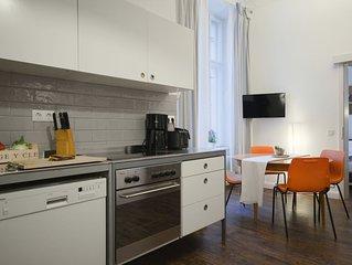 Altbauwohnung mit 2 Schlafzimmern, 2 Bädern + Waschmaschine und großer Wohnküche