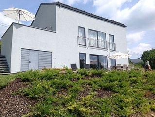 Appartement avec terrasse dans villa neuve avec jardin, magnifique vue