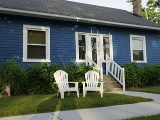 The Blue Pearl. Cozy fun cottage. Short walk to town. Wifi. Central air.