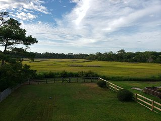 Peaceful and quiet home with Marsh views. Walk to the beach.