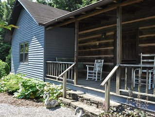 1850s log cabin, summer house/gazebo, gardens! 1 mile to downtown Weaverville