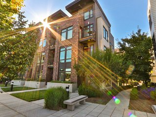 Beautiful Townhome, Walk to Town, Gather & Grill on the Private Rooftop