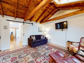 Lovely cottage w/ cable TV and community pool - walk to beach, dogs ok!